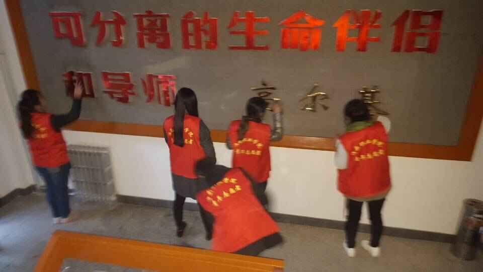 青年志愿者开展图书馆卫生清洁志愿服务活动